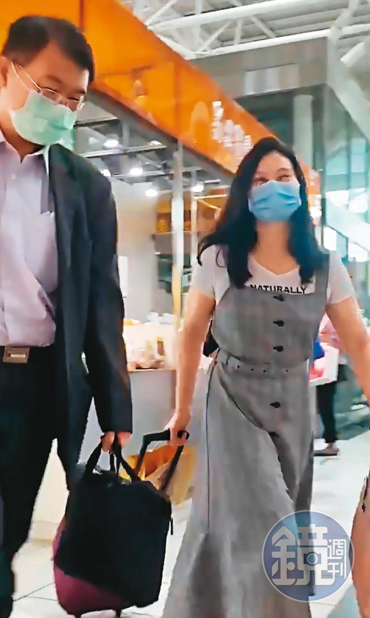 歐陽文貞與義守大學女教授許玫琪搭火車到東部,2人一路有說有笑。(讀者提供)