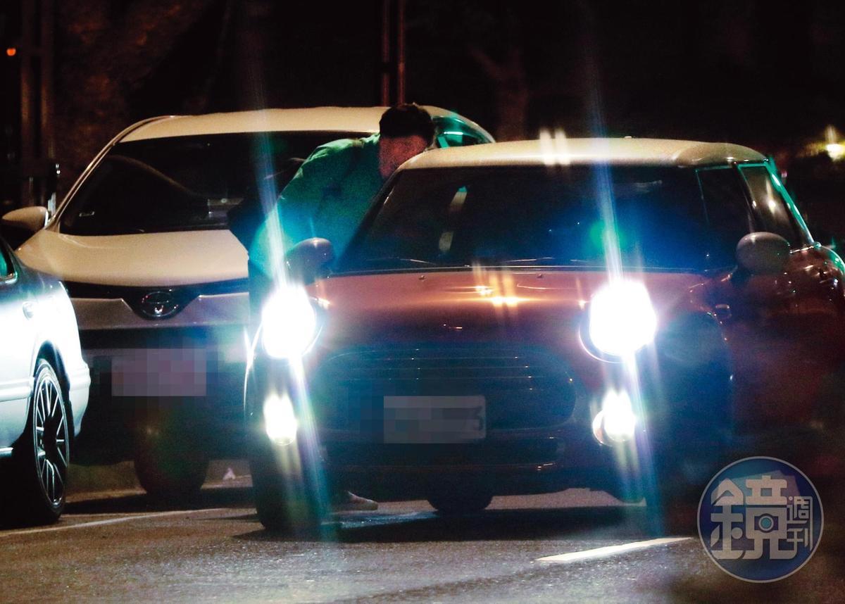 22:20 但才三分鐘不到吳念軒就下車,此時莫允雯開車到場,接走吳念軒。