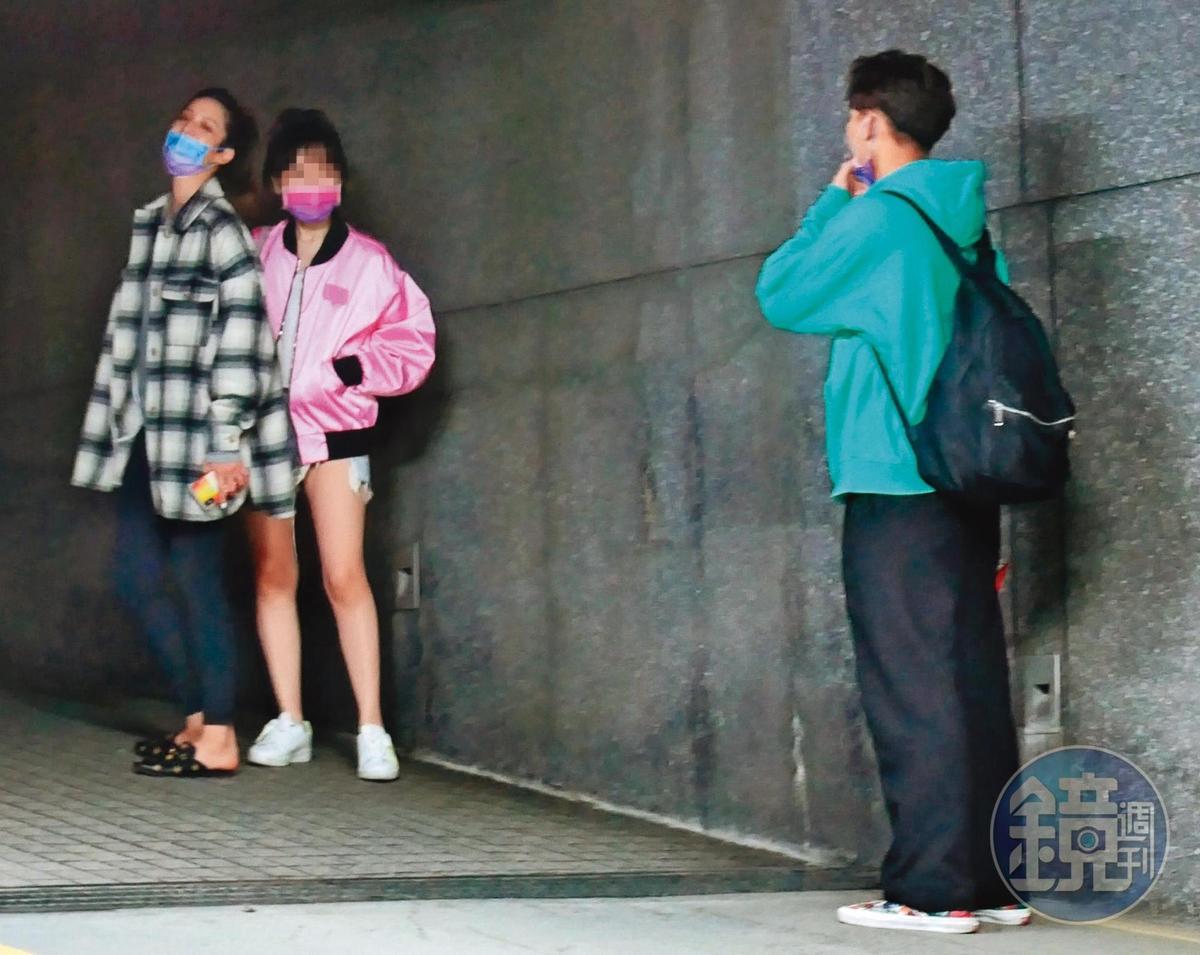 4/6 22:45 莫允雯、吳念軒發現有狗仔跟拍,急call一名工作人員到場救援。