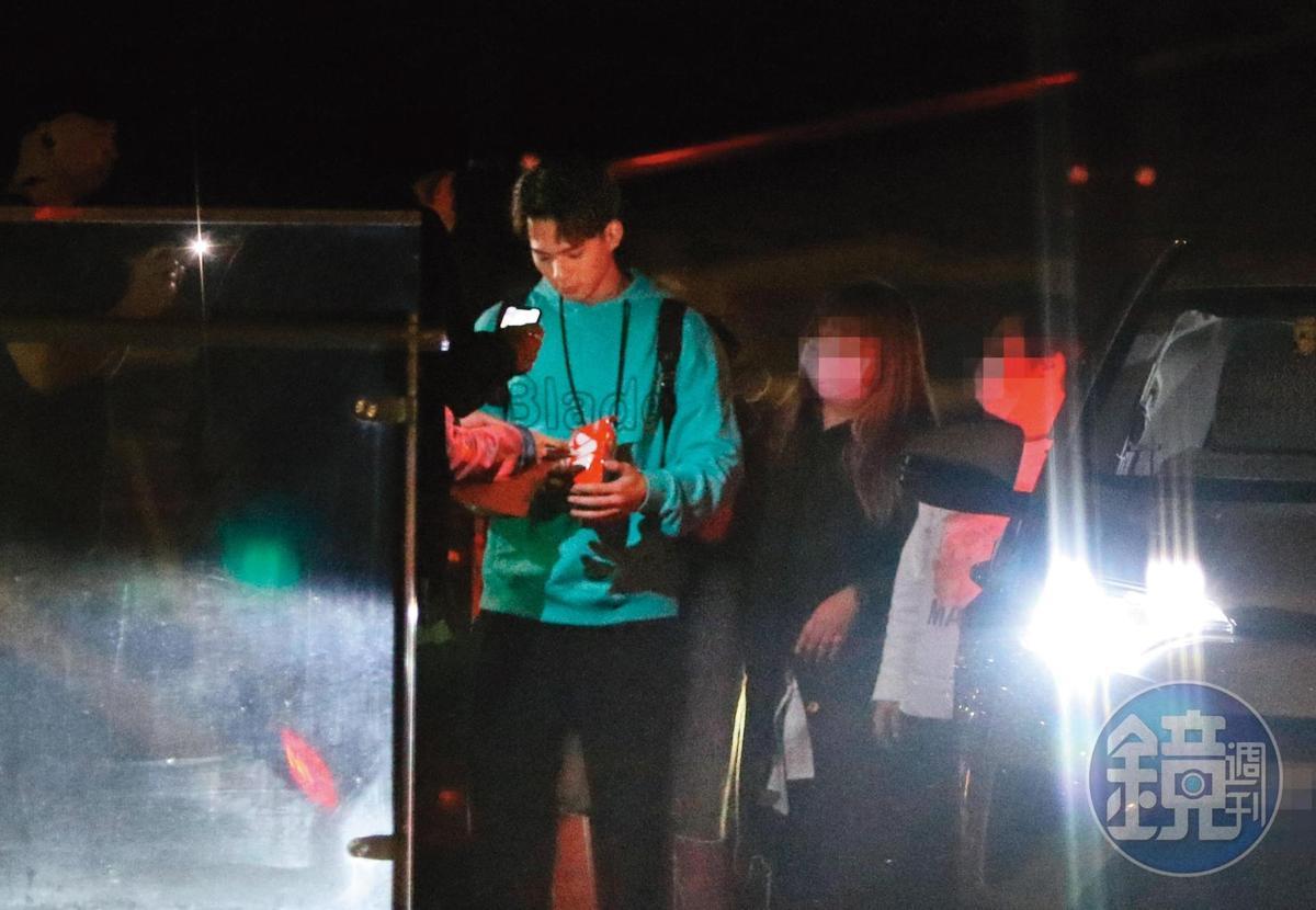 22:18 吳念軒跟粉絲互動了一陣,之後與和工作人員上了停在一旁的多元計程車。