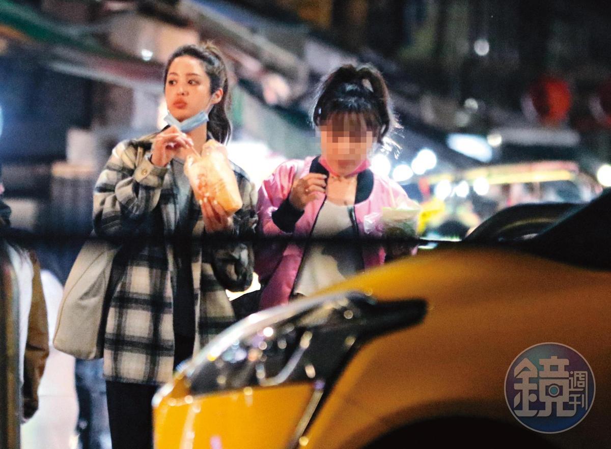 00:49 莫允雯和吳念軒分開後,特地揪了女工作人員逛夜市。