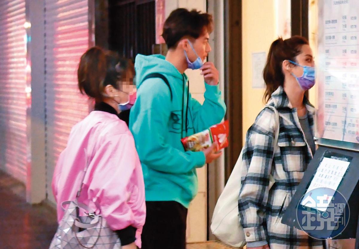 22:49 兩人帶著女工作人員一起進入按摩館。