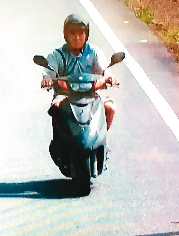 越南籍逃逸移工阿好在太魯閣號撞上工程車後,嚇得急忙騎機車逃走,身影被路邊監視器錄下。(翻攝畫面)