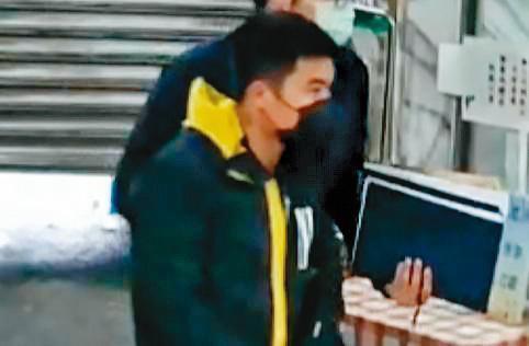 逃逸移工阿好(圖)躲在民宿多天,警方埋伏後將他逮捕歸案。阿好緊咬受李義祥指示才開怪手拖拉工程車。(翻攝畫面)
