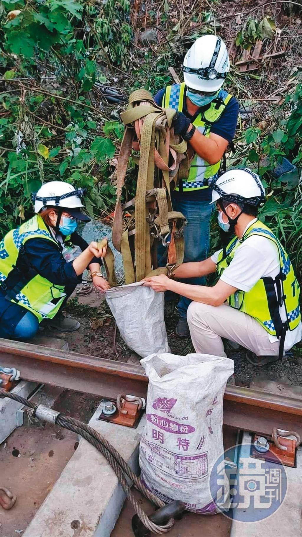 檢警在鐵軌旁查扣多條吊帶,其中1條已斷裂,均交由專家鑑定拉力。(民眾提供)