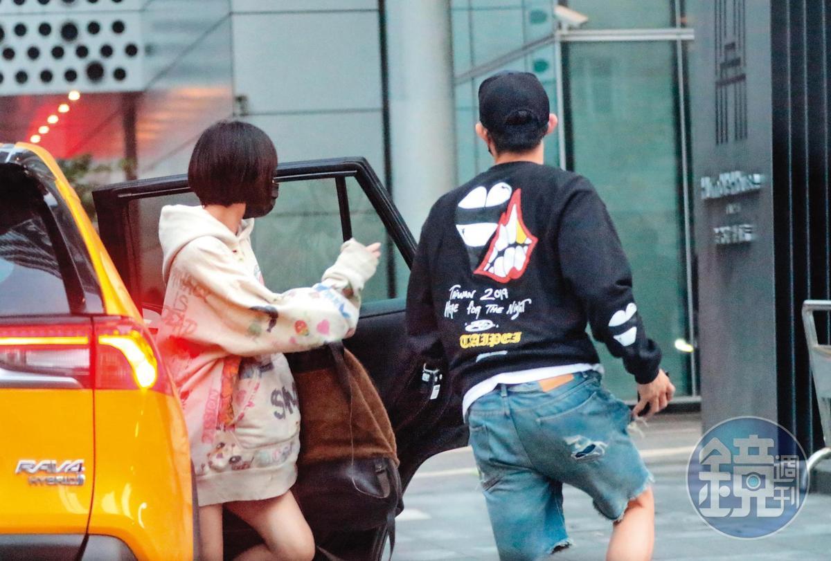 17:56,謝欣穎(左)與王柏傑(右)搭著車到台北信義區,準備參加朋友聚會。