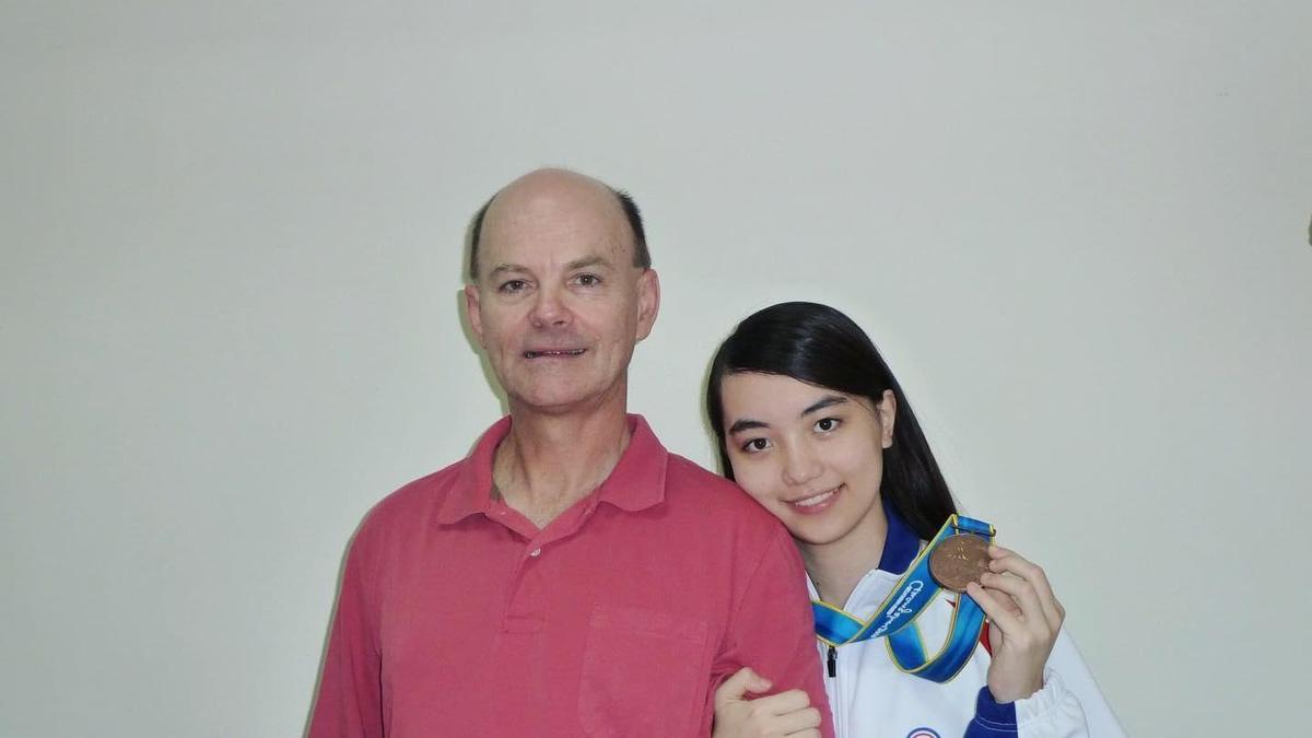 黑嘉嘉貼出2010年與父親的合照,模樣相當清純。(翻攝自黑嘉嘉臉書)