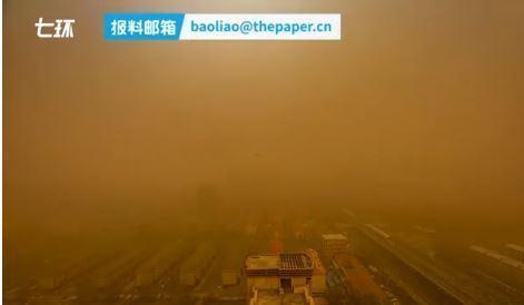 7分鐘內,內蒙古整遍霧濛濛,完全看不到建築。(翻攝澎湃新聞)