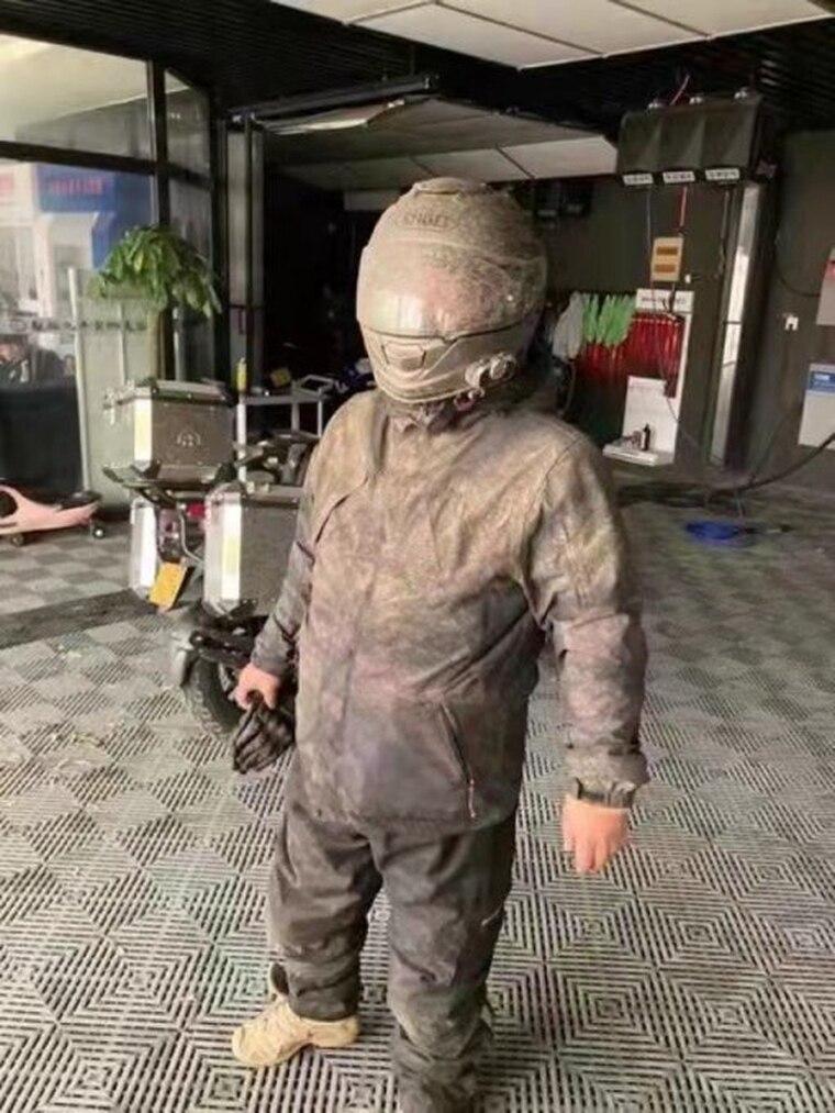 北京外送員整個變屎色,讓網友驚喊:「剛出土的兵馬俑」。(翻攝推特)