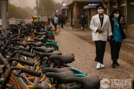 北京路邊的腳踏車,上面滿是泥巴。(翻攝環球網)