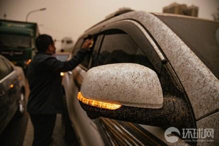 北京路邊的汽車,整個都是泥,讓駕駛很頭痛。(翻攝環球網)