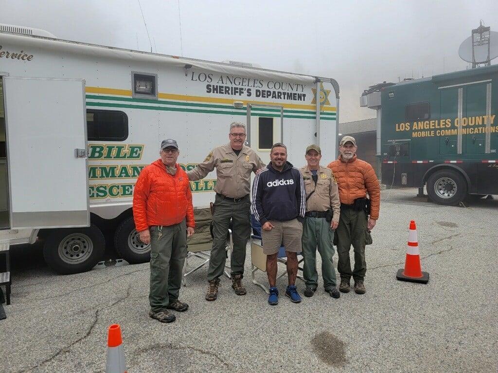 在班傑明與救難人員的協助下,康潘成功獲救。(翻攝自Los Angeles County Sheriff's Department臉書)