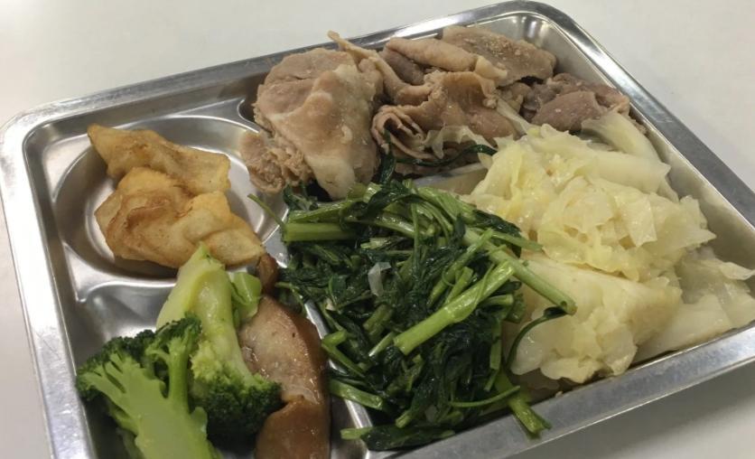 不少網也貼出在台中地院自助餐用餐的照片。(翻攝自Dcard)