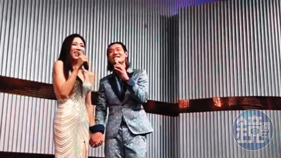金鋼刀(右)、高鈞鈞(左)日前在杏仁哥母親壽宴上牽手合唱。(讀者提供)