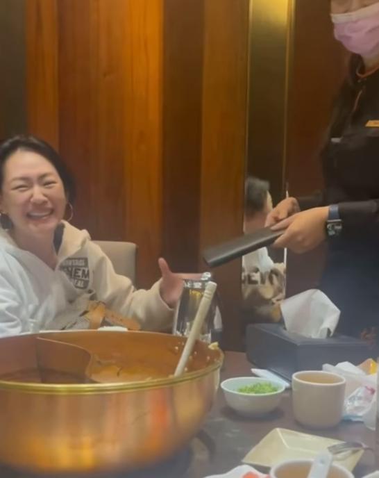 小S演「奧客」維妙維肖,最後忍不住笑了出來。(翻攝自小S 徐熙娣臉書)