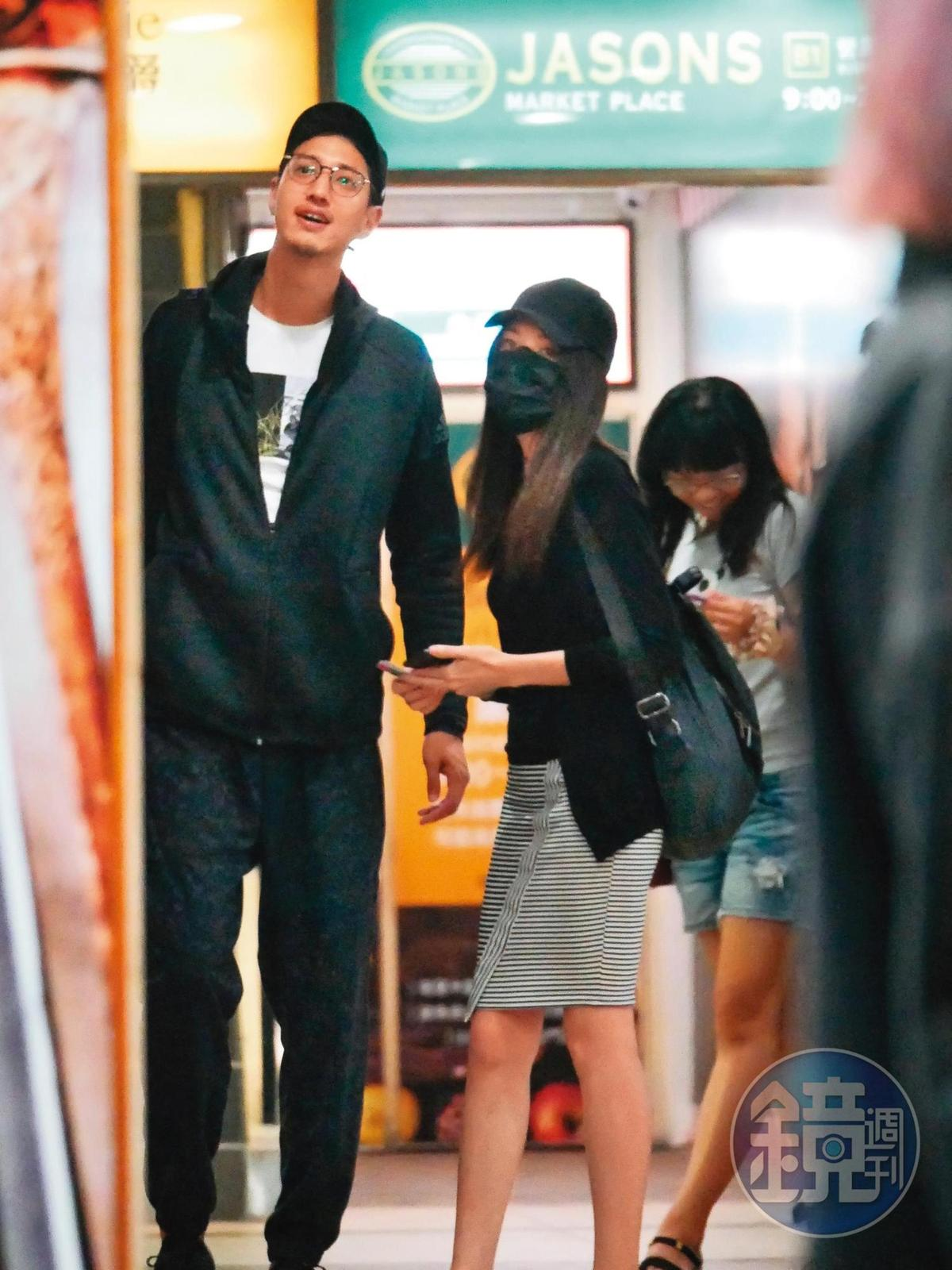 本刊在2017年時,率先曝光許瑋甯(中)與劉又年的戀情,當時兩人正在電影院約會。
