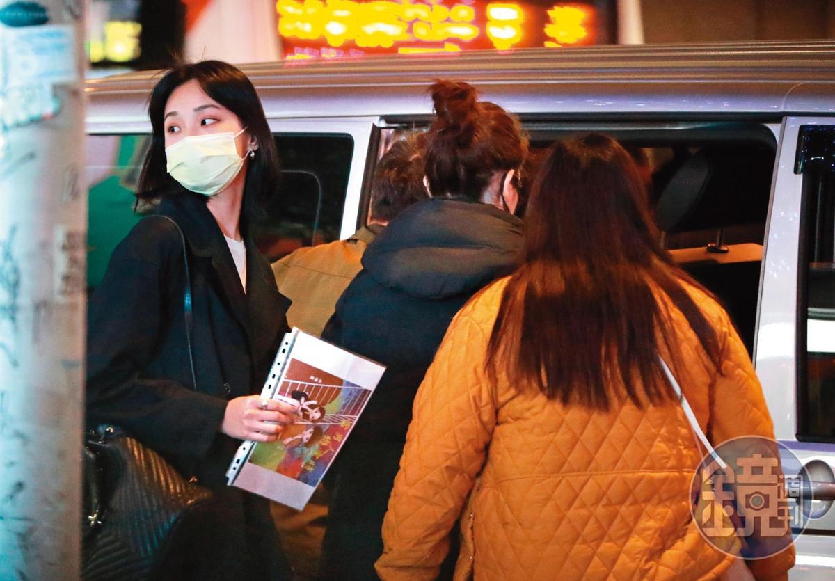 4月9日19:55,身邊沒有劉又年,許瑋甯(右二)無論是結婚還是離婚,多半都被拍到一人生活的樣貌。