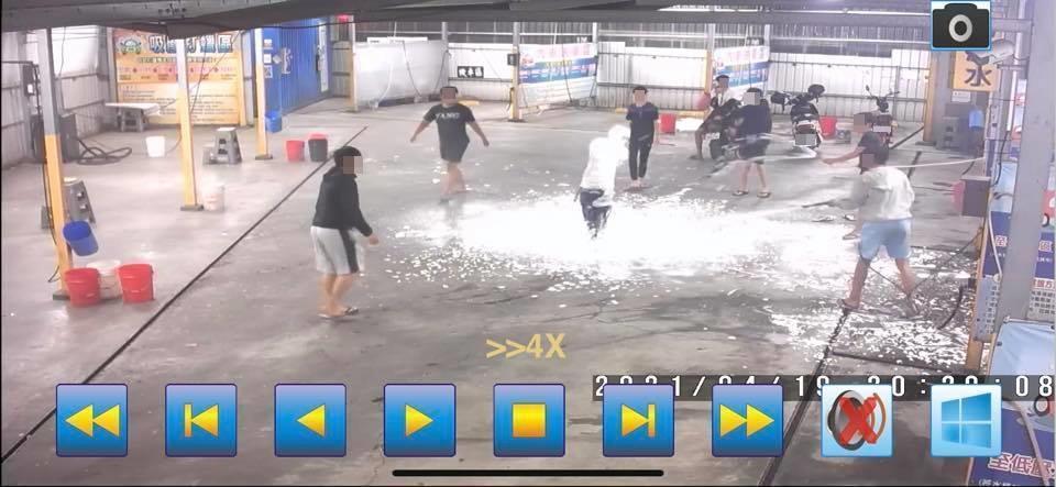 現場約莫有10名年輕男子在現場玩水,有部分同伴全身還噴上泡沫。(翻攝自鳳山人在地大小事臉書粉專)