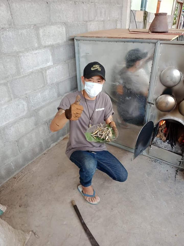 倫蒂瓦農表示自己家境不好,返鄉找工作又遇瓶頸,因此在朋友建議下做起壁虎生意。(翻攝自รับซื้อ จิ้งจก ขี้เกี้ยม จั้กกิ้ม臉書)