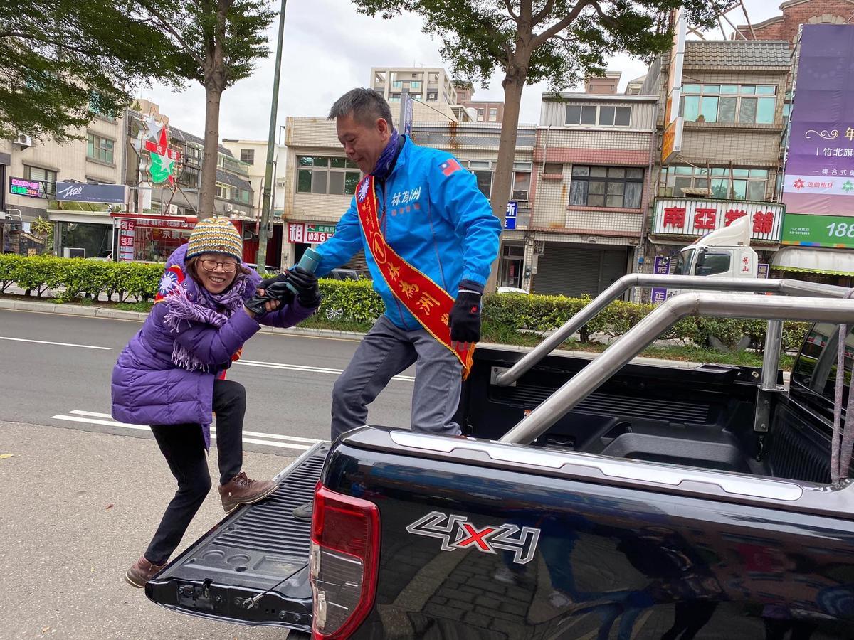國民黨立委林為洲去年連任後,前妻郭慶珠陪他一起車隊掃街謝票。(翻攝林為洲臉書)