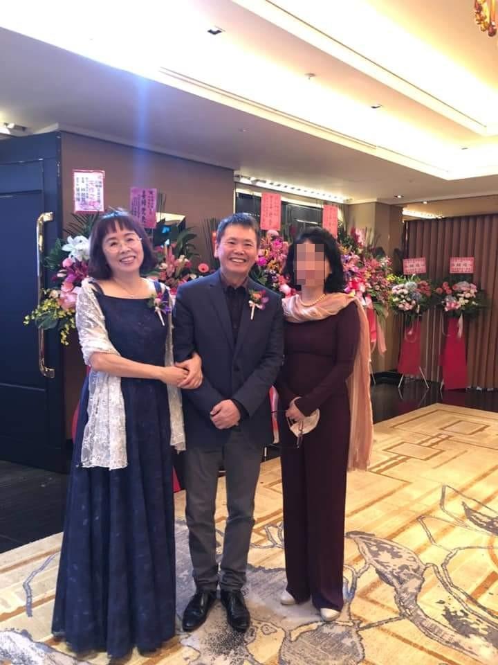 林為洲去年10月嫁女兒,前妻郭慶珠(左)一同出席婚禮,且挽著林的手一起合照。(讀者提供)