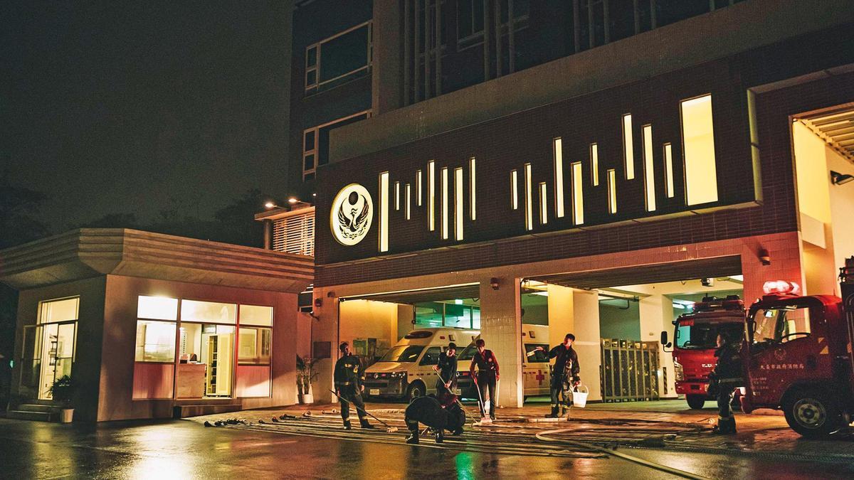 劇中「同安分隊」外景,包含多輛消防車及車庫,由地方消防隊外借。(公視、myVideo提供)