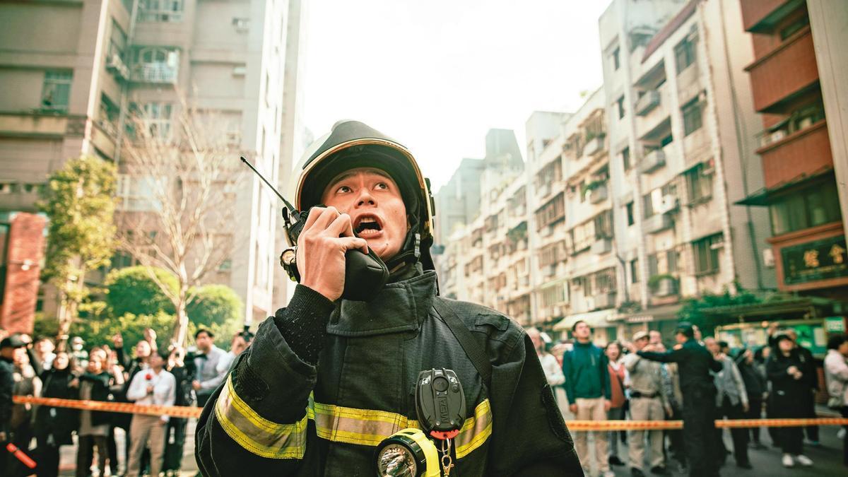 劉冠廷飾演與體制抗爭的消防員。(公視、myVideo提供)