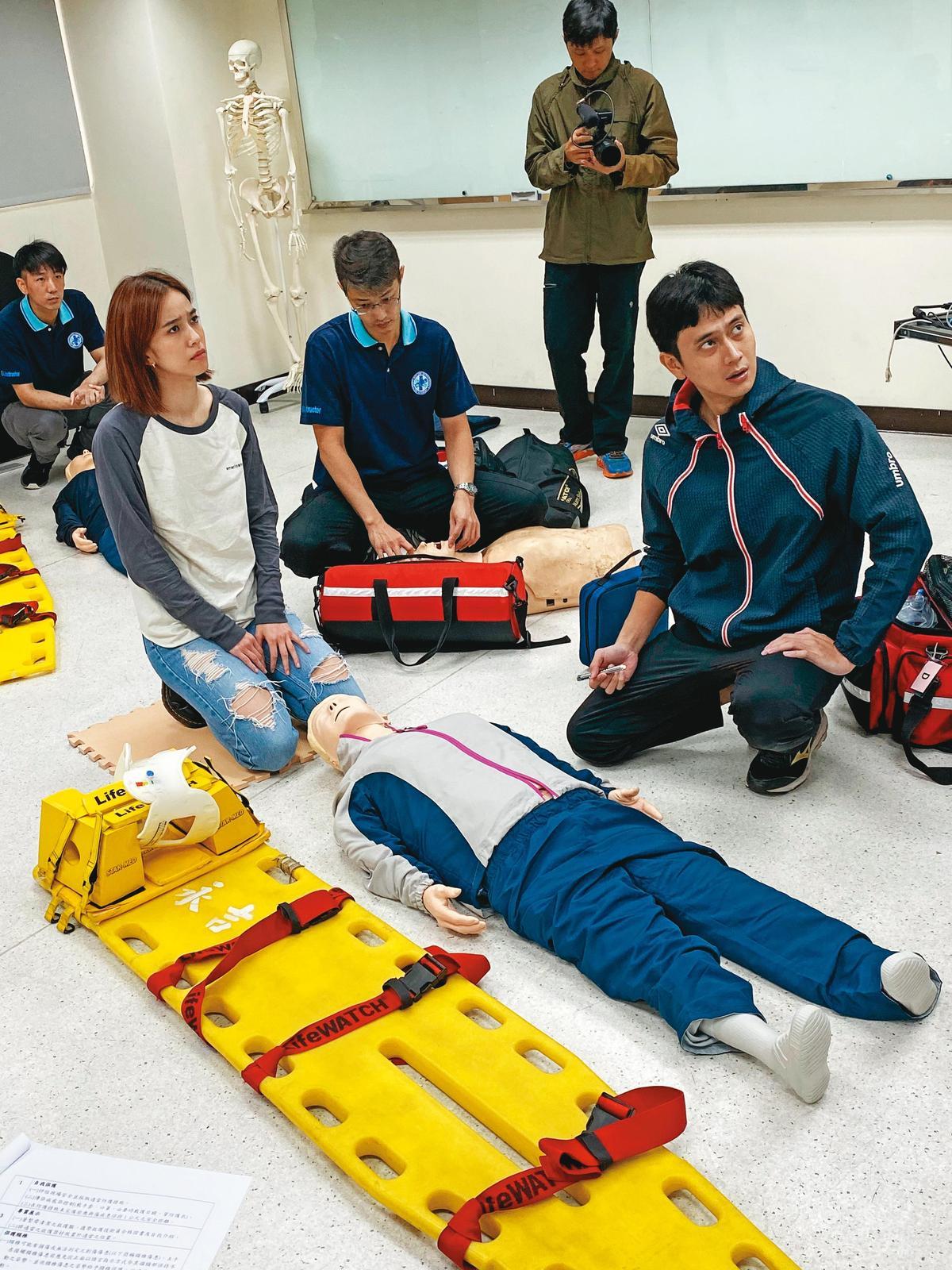 陳庭妮(左)、劉冠廷(右)與劇組人員在前置期參與救護訓練課程,了解內容與步驟。(公視、myVideo提供)