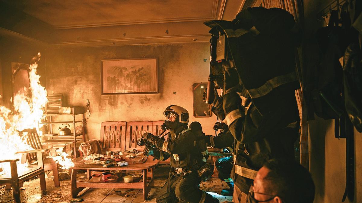 首集民宅火警是利用即將拆除的海砂屋,製造出逼真火場。(公視、myVideo提供)