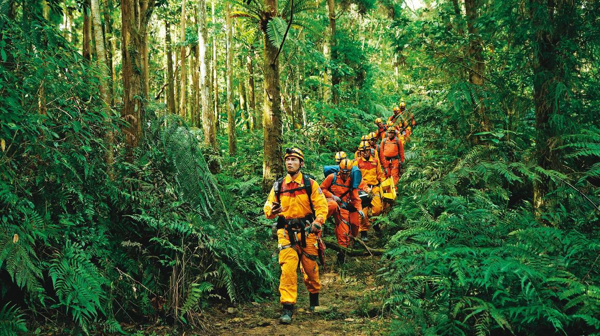 《火神的眼淚》山難救援情節,凸顯台灣消防員多元且真實的工作內容。(公視、myVideo提供)
