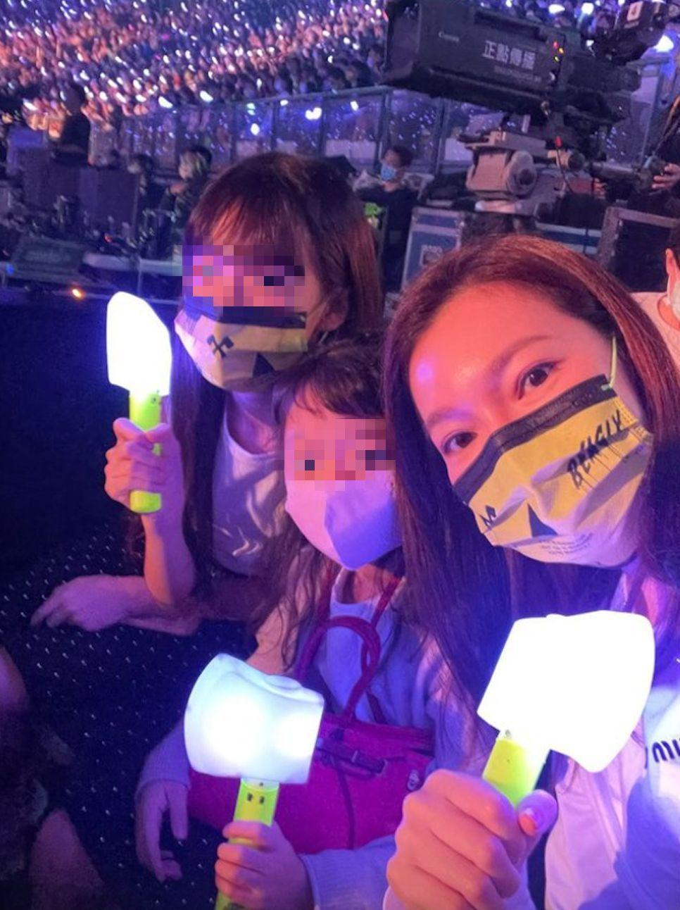曾馨瑩(右)昨帶著大女兒妞妞(左)和三女QQ看Jolin演唱會。(翻攝曾馨瑩IG,畫面經馬賽克處理)