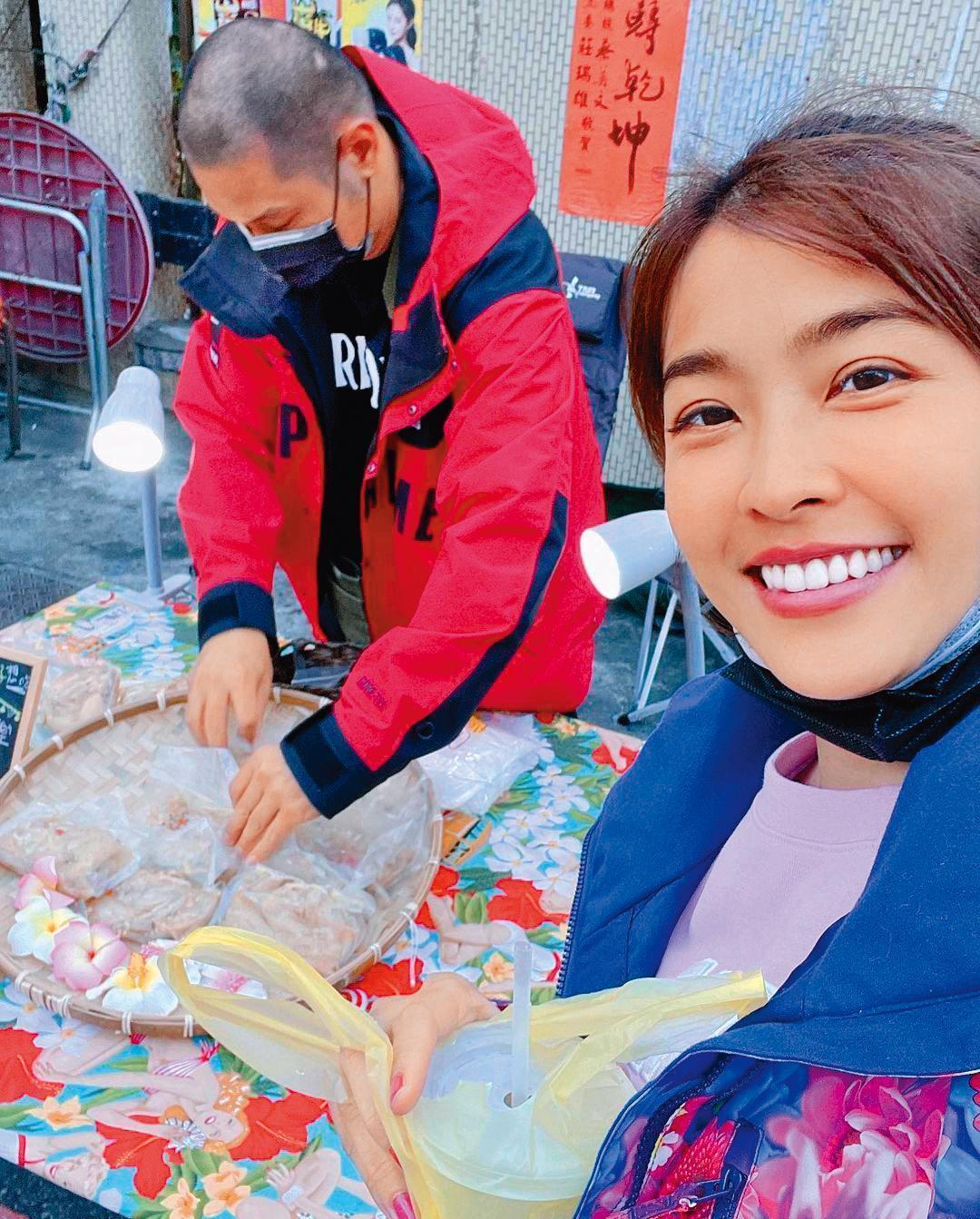 金剛(左)跟小嫻(右)大多在屏東享受生活,假日則會到夜市擺攤賣手鍊和雞翅;雞翅生意很好,大多開賣不到2小時就完售。