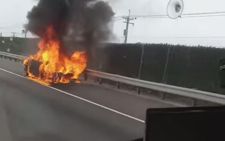 整台藍寶堅尼超跑休旅車就當場燃燒變成火球。(翻攝自記者爆料網粉專)