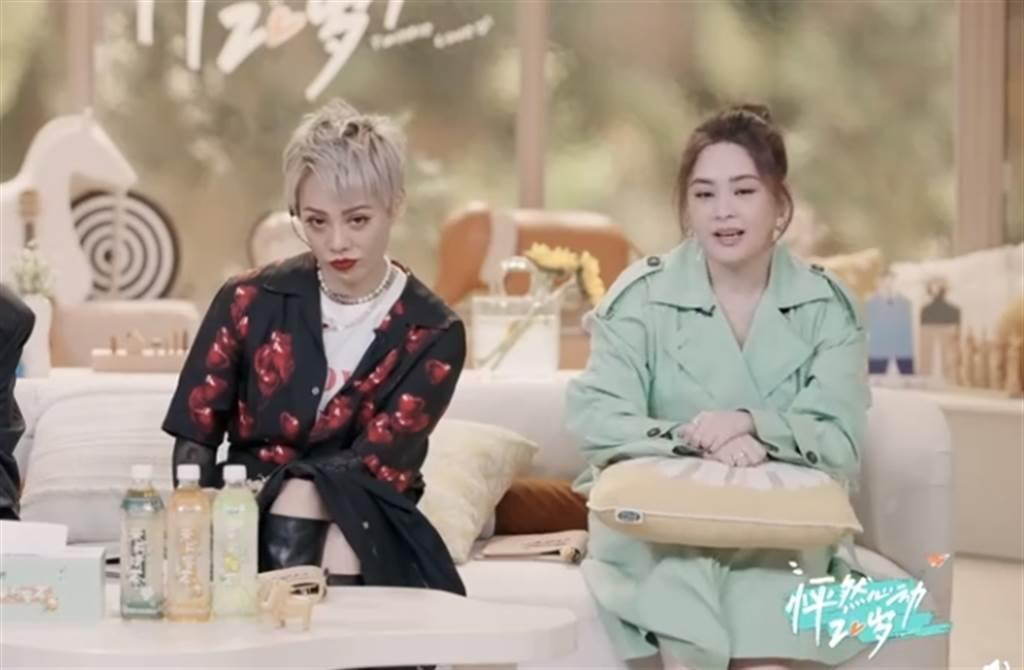 相比一旁的中國大陸女星寧靜(左),阿嬌的身形明顯大了一圈。(翻攝自《怦然心動20歲》優酷)