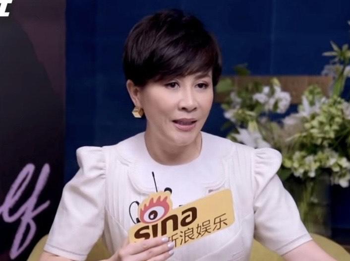 劉嘉玲接受訪問時爆料從小看到大何超蓮結婚的消息。(翻攝自新浪娛樂微博)