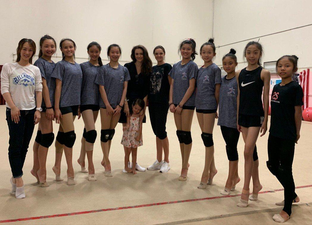 台灣選手們在瑞莎的促成下,接受安娜的指導。(蓉億娛樂提供)