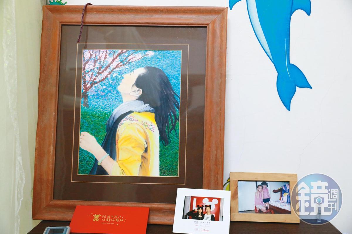 莊凌芸的房間一角,放著色彩繽紛的自畫像。