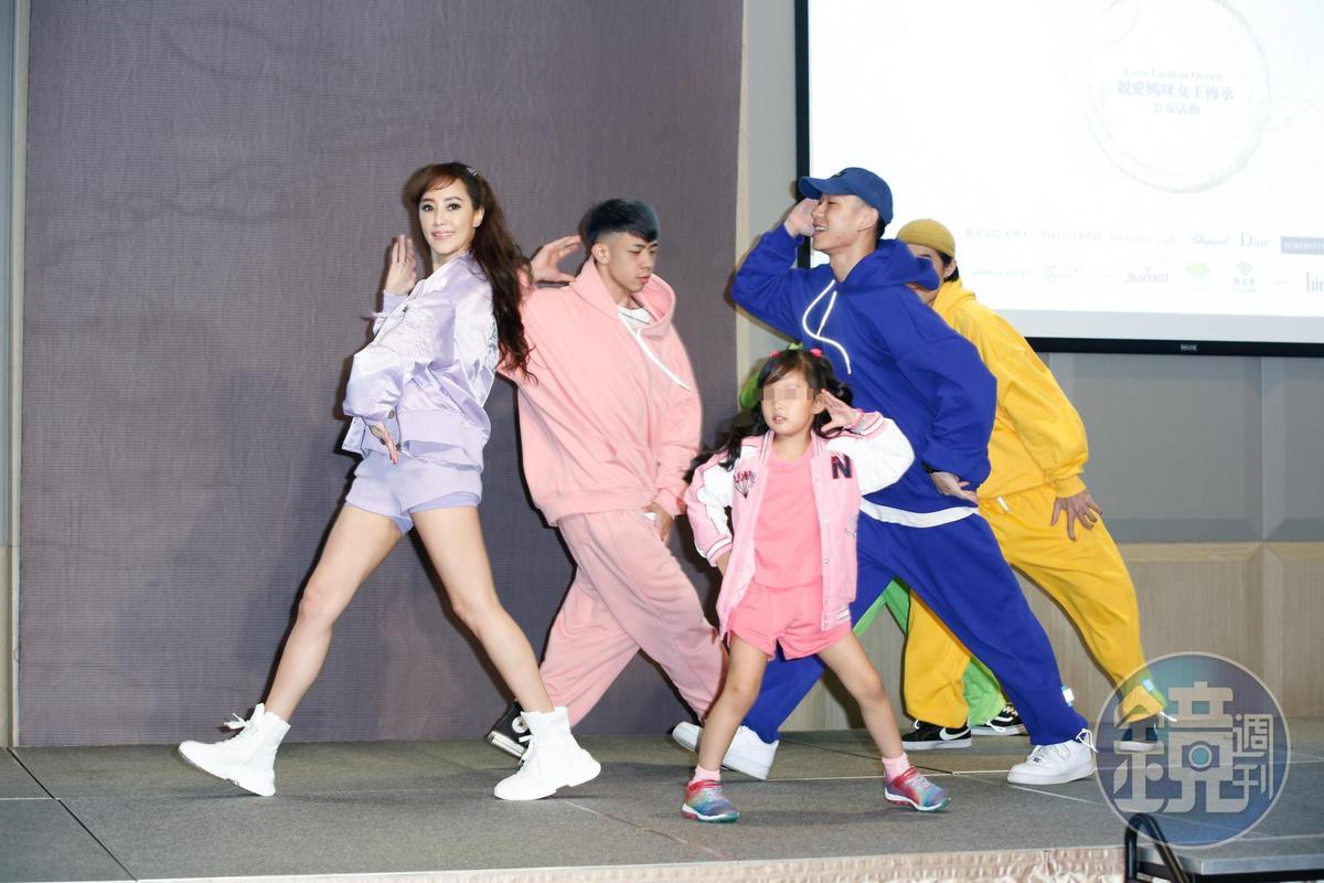 關穎(左)與大女兒C.C.(中)母女倆首次公開同台演出,大跳嘻哈街舞,她自嘲「體力真的大不如前」。