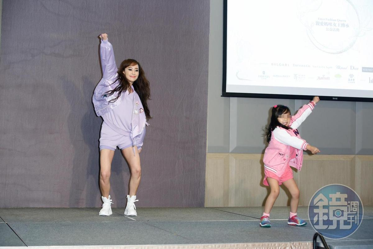 關穎(左)與大女兒C.C.(右)出席公益表演,因為女兒還小,加上準備時間不多,關穎一直碎碎念。