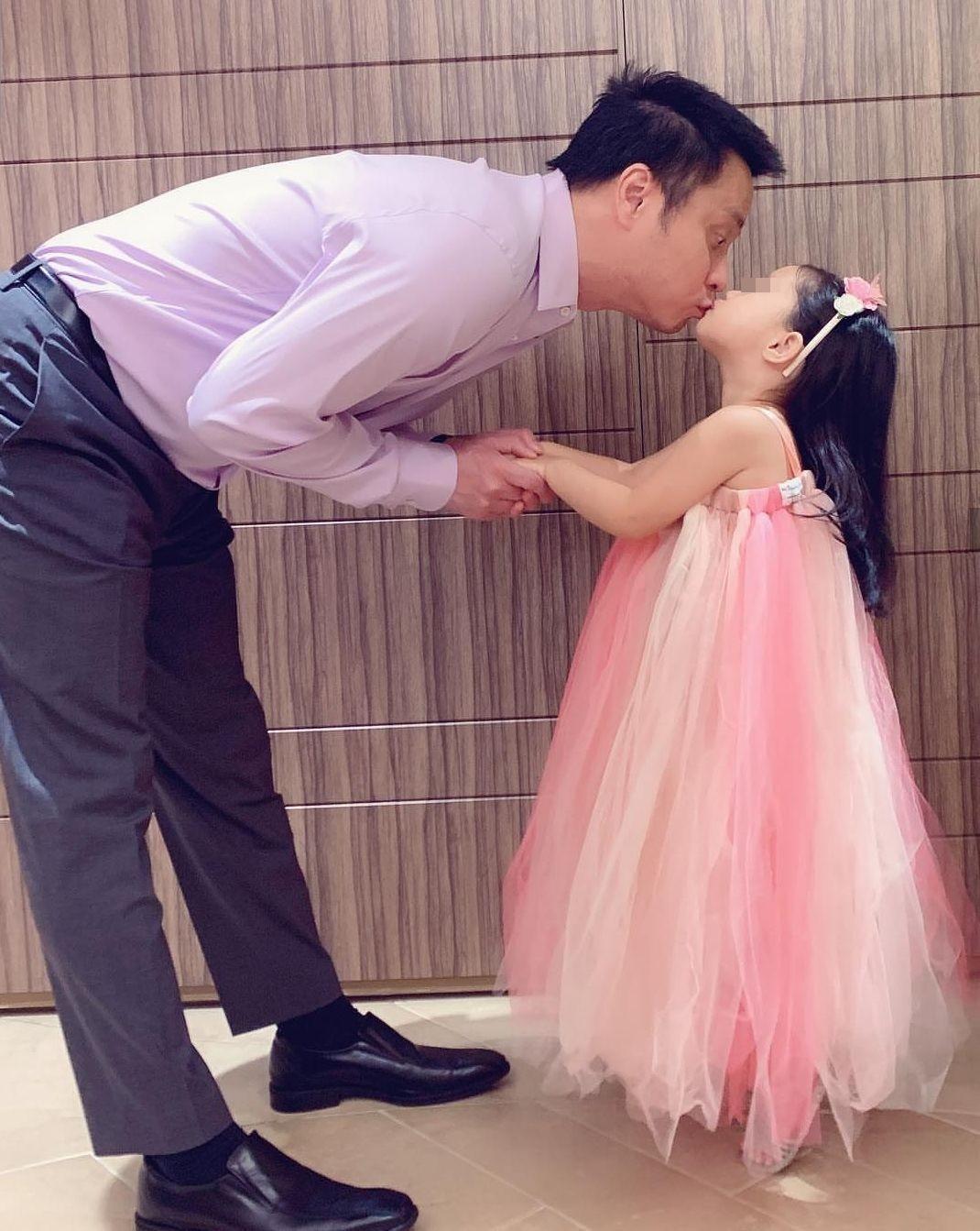 兩年前的結婚紀念日,老公朱志威(左)親了女兒C.C. (右)後一起出門,身為正宮的關穎無奈寫下︰「清楚明白輪不到我。」(翻攝自關穎IG)