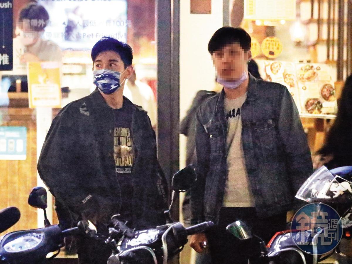 20:01,就算只是跟男性友人(右)出門相約,張立昂(左)仍然四處張望,似乎深怕自己行程曝光。