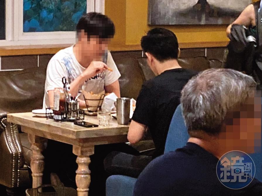 18:35,張立昂(右)跟男性友人(左)約吃晚餐,顯得相當愜意。