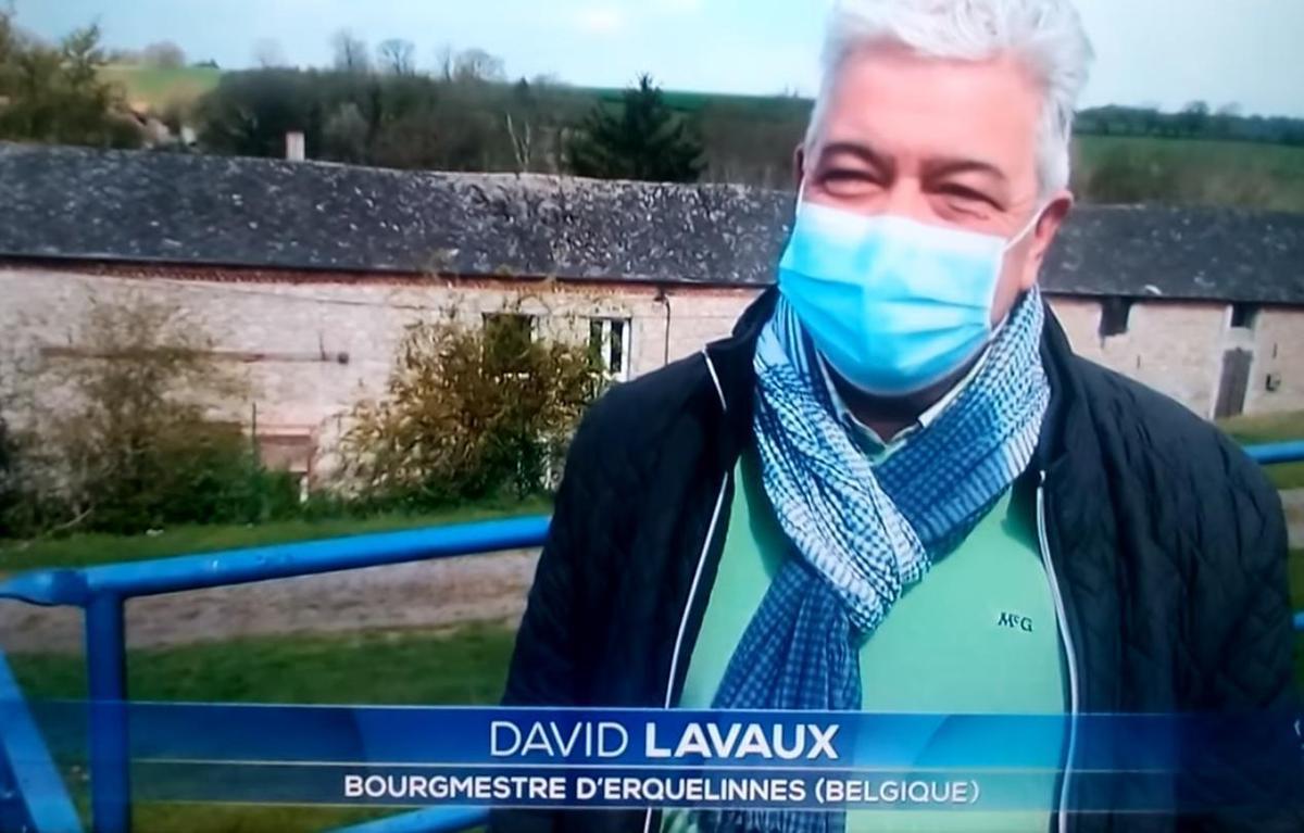 比利時小鎮市長拉沃克斯表示,已請農民盡速將石頭放回原位。(翻攝自David Lavaux)