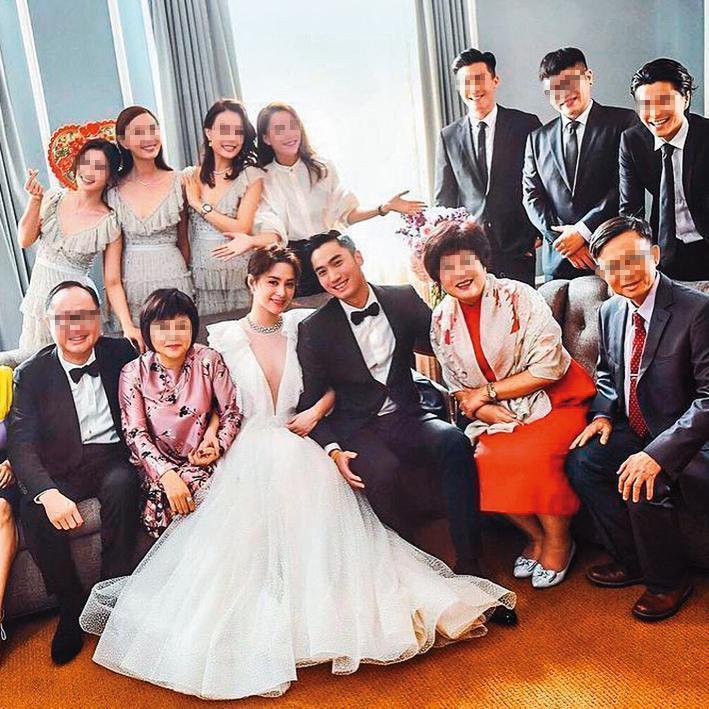 賴弘國(前排右三)3年前砸下5,000萬元和阿嬌(前排左三)在美國洛杉磯舉辦豪華婚禮。(翻攝自阿嬌IG)