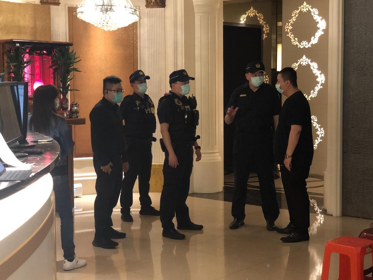 警方啟動掃黑大規模臨檢酒店。(翻攝畫面)