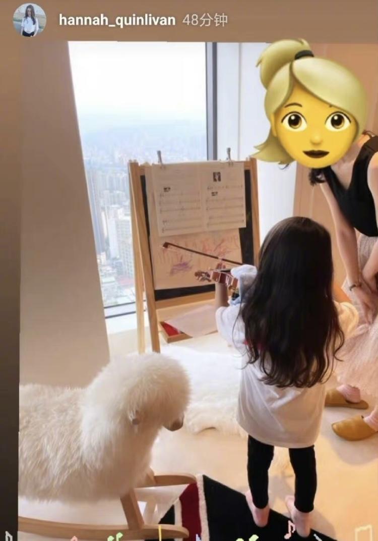 昆淩更新限時動態,將女兒小周周拉小提琴的背影畫面分享給大家。(翻攝自微博)