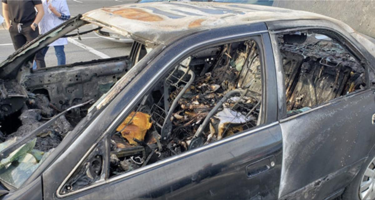 一名駕駛用乾洗手又一邊抽菸,結果引起大火,車被燒成廢鐵。(翻攝自@mcfrsPIO推特)