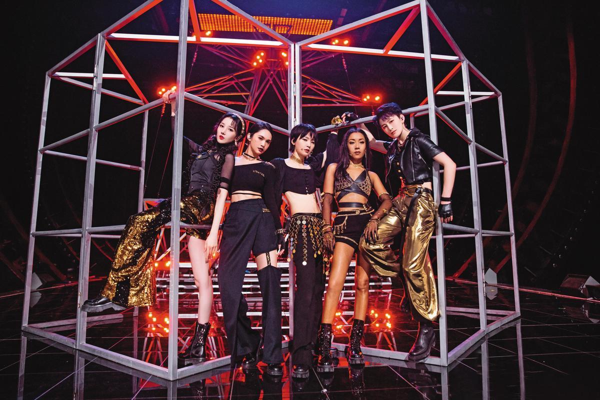 楊丞琳(左二)參加陸綜 《乘風破浪的姐姐2》,表演〈SHADOW〉,強出新高度。(翻攝自《乘風破浪的姐姐》微博)