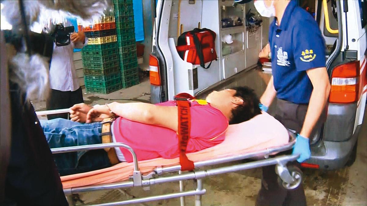 涂男(中)犯案後狂飲高粱酒,醉得不省人事,警方最後請來救護車將他帶回。(東森新聞提供)