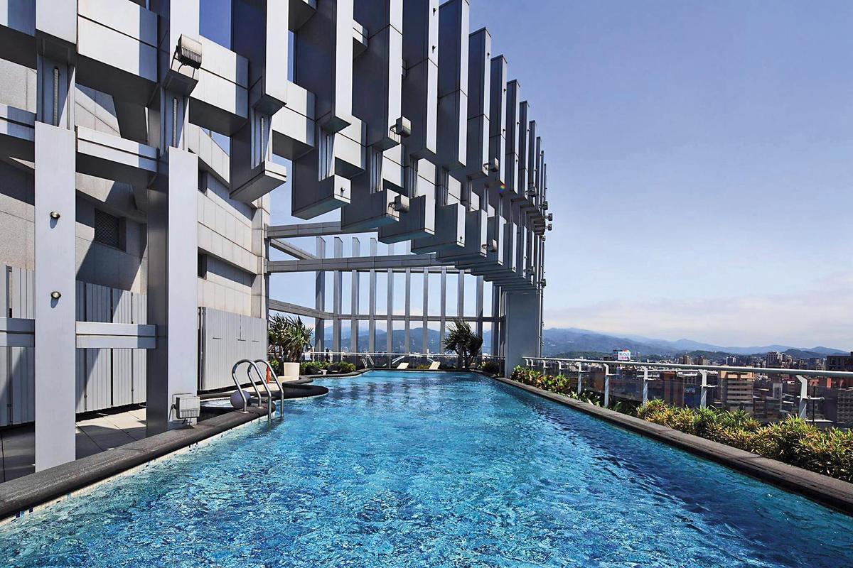 曾莞婷的豪宅頂樓有露天泳池,剛完工時,每坪售價至少120萬元。(翻攝自建案臉書)
